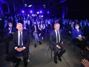 [FOTO] Te miny Budki i Trzaskowskiego mówią wszystko. Wymowne zdjęcia z Rady Krajowej PO