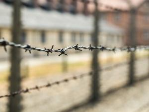 Francja. Swastyki na tablicy ofiar KL Auschwitz-Birkenau