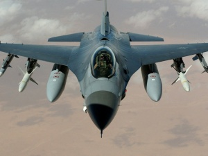 Służba nie drużba! Pilot F-16 przerwał międzynarodową konferencję prasową prezydentów bo ogłoszono alarm