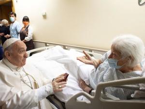 Media opublikowały zdjęcia papieża ze szpitala. Poruszał się wózku