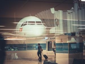 Awantura na lotnisku. Ambasador nie chciał założyć maseczki, interweniowała policja