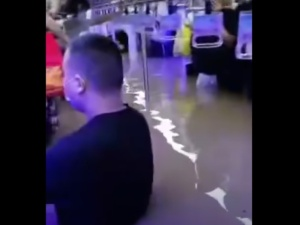 [VIDEO, FOTO] Katastrofalne powodzie w Chinach. Wstrząsające obrazy ludzi w zalanym metrze w Zhengzhou