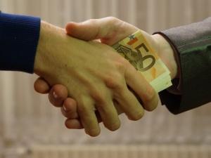 Resort finansów: Konsekwencje ujawnienia wypłaty pod stołem obciążą pracodawcę