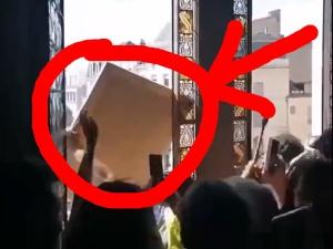 [VIDEO] Demonstrujący Francuzi wtargnęli do ratusza w Poitiers, by wznosząc okrzyki radości wyrzucić portret Macrona