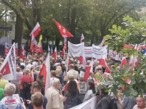"""[WIDEO] Trwa manifestacja pod Trybunałem Konstytucyjnym. """"Warto pokazać, że Polacy popierają te zmiany"""""""