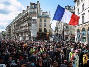 Nie dla dyktatury! Tłumy na demonstracjach we Francji przeciwko paszportom covidowym
