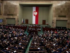 Sondaż: Sześć ugrupowań w Sejmie. Wysokie poparcie dla PiS i KO