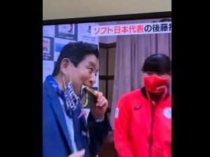 [WIDEO] Oburzenie w Japonii. Burmistrz ugryzł medal olimpijski. Słyszałem stuknięcie jego zębów