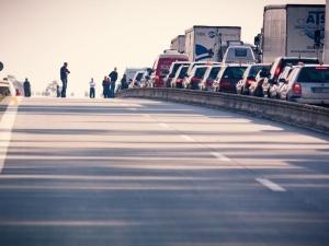 Wypadek trzech samochodów na S8! Ciężarówka wypadła z drogi, uczestnik wypadku oddalił się z miejsca zdarzenia