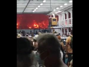 [video] Grecja. Wstrząsające nagranie z promu przewożącego uciekających przed pożarem nad jeziorem Evia