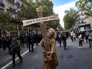 Francja. Ponad 240 tys. Francuzów protestuje przeciwko paszportom covidowym