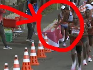 [VIDEO] Co on zrobił?! Francuski maratończyk strącił butelki z wodą żeby inni nie mogli się napić?