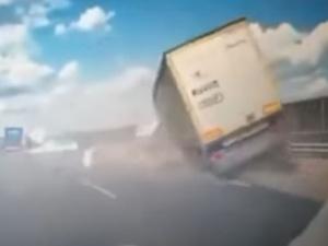 [video] Jest nagranie tragicznego wypadku na S8. Po tym uderzeniu ciężarówka spadła z wiaduktu