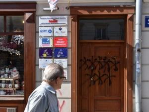 Zniszczone drzwi i wulgarne hasło. Biuro PiS obrzucone jajkami