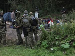 Wiceminister MSWiA: Sytuacja na granicy to wojna nerwów. Jeśli ulegniemy, obozowisk będzie więcej