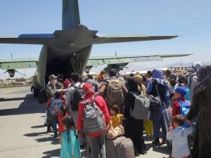 Służby boją się ataku na lotnisko w Kabulu. To utrudnia ewakuację