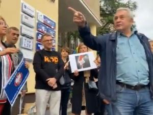 [VIDEO] Masz dwa złote. Starszy pan z pieskiem ośmieszył pikietę KODu w Gdańsku
