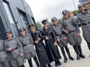Skandal w Holandii. Mężczyźni przebrani w nazistowskie mundury odrywali scenęlikwidacji żydowskiego więzienia