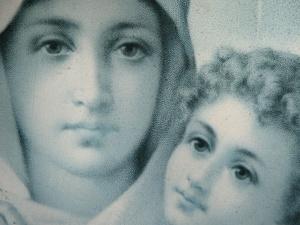 Zawiązano kabel na szyi Matki Bożej i ściągnięto z cokołu. Profanacja w…