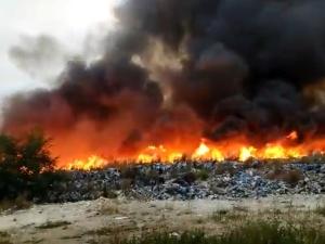 [VIDEO] Pożar nielegalnego składowiska odpadów na Dolnym Śląsku. Strażacy walczą z ogniem