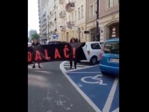 """[WIDEO] Aktywistki z hasłem """"wyp****alać"""" zablokowały ciężarówkępro-life. Mocne komentarze internautów"""