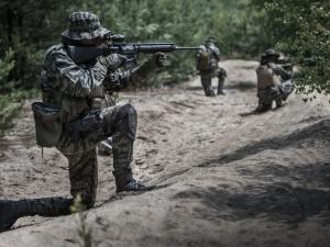 Celowanie z karabinów w polskich żołnierzy, oddawanie pustych strzałów... Tak Białorusini prowokują na granicy