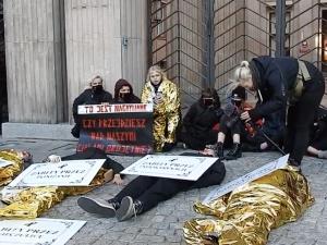 Protest przed ministerstwem edukacji. Część aktywistów… przykleiła się doziemi