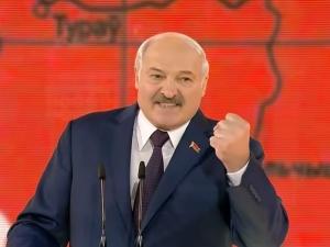Białoruska straż graniczna przyznaje, że wydała migrantom mundury! Kuriozalne tłumaczenie