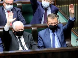Błaszczak i Kaczyński przyłapani przez fotoreporterów w Sejmie. Co oglądali na tablecie? [FOTO]