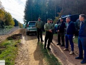 Wiceminister MSWiA i szef Agencji Frontex z wizytą granicy polsko-białoruskiej