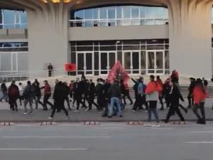 [VIDEO] Albańczycy obrzucili Polaków kuflami po piwie, a potem rzucili się na nich. Awantura przed meczem