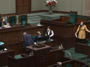 [video] Awantura w Sejmie. Jachira rozrzuciła wokół mównicy kartki i odmówiła posprzątania. PiS narobił bałaganu, PiS będzie to sprzątał
