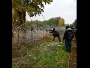 [video] Coraz goręcej na granicy. Migranci przy pomocą metalowych palików próbują forsować ogrodzenie