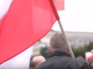Trzech pijanych Niemców zerwało i podeptało w Warszawie polską flagę + Komentarze