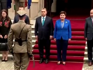[video] Powitanie w Warszawie premiera Victora Orbana: Czołem panie premierze!