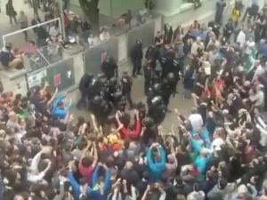 [video] Zamieszki w Katalonii, są ranni. Policja z całego kraju blokuje referendum