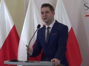 [video] Patryk Jaki: To Trzaskowski w ramach rządu PO negocjował projekt przyjęcia migrantów do Polski