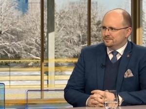 Mec. Jerzy Kwaśniewski szuka kontaktu z ludźmi od banera z przekreśloną swastyką na Marszu Niepodległości