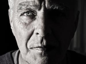 Zadowolenie z życia gwałtownie zmniejsza się po osiągnięciu wieku średniego