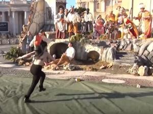 [video] Działaczka Femenu usiłowała porwać figurkę Jezuska z szopki w Watykanie