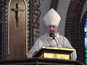 [Marsz Św. Życia] Bp Romuald Kamiński: Bóg stwarzając, tchnie Siebie w nas i ta Boskość w nas zostaje