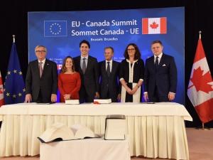 """CETA podpisana. Przedstawiciele UE i Kanady zawarli umowę gospodarczo-handlową. Juncker: """"To ważny dzień"""""""
