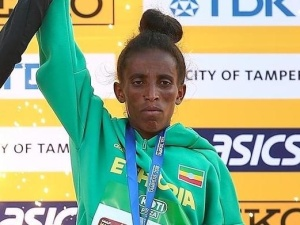 16 latka zdobyła medal podczas MŚ U-20. Jej wygląd budzi spore kontrowersje