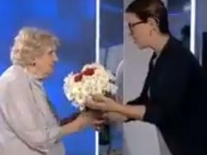 """[video] Wzruszająca scena. """"Za dużo może gadałam…"""" Jadwiga Wiśniewska ps. Sroka uhonorowana w """"Minęła 8"""""""