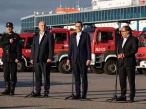 Mateusz Morawiecki powitał strażaków wracających ze Szwecji: Jesteśmy z Was dumni