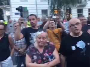 """[video] """"Obrońcy demokracji"""" skandują w Warszawie: """"Wyp.....lać, wyp.....lać"""""""