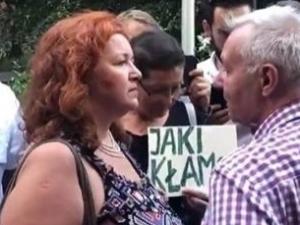 """[video] """"Obrończyni demokracji"""" szarpie starszego człowieka próbującego wyminąć demostrację"""