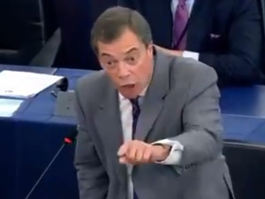 """[video] Nigel Farage ostro o Timmermansie w PE: """"On ma tutaj śmiałość robić wykłady o demokracji?"""""""