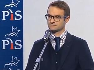 """[video] """"Czyli pani nie wie kogo cytuje?"""" Tomasz Poręba gasi dziennikarkę TVN na konferencji prasowej"""