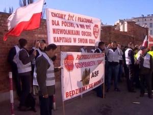 Kilkudziesięciu rolników protestowało przed MSZ i KPRM. Chcą lepszych relacji z Rosją